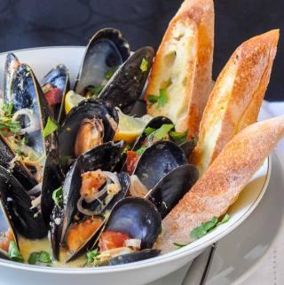 Lemon Dijon Moules Marinières – Lemon Dijon Steamed Mussels