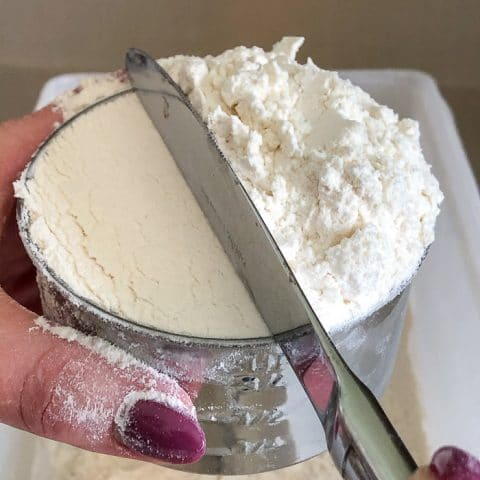 Levelling the flour with the back of a butter knife